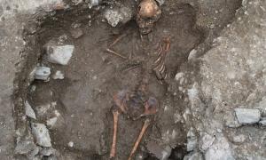 """Portada-Arqueólogos italianos han desenterrado los restos de una muchacha adolescente a la que se dio un """"enterramiento anómalo"""" por su extraña apariencia, que probablemente atemorizara a sus conciudadanos.(Fotografía: Discovery News)"""