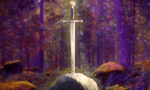 Espada en la piedra (CC BY-SA 2.0), y bosque encantado (CC BY-NC-SA 2.0); composición.