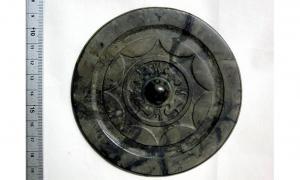 Portada - Este espejo fabricado en China, de la época de la cultura de la cerámica Yayoi (300 a. C. – 300 d. C.), fue descubierto en un yacimiento arqueológico de Fukuoka, Japón. Fuente: Shunsuke Nakamura