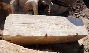 Portada-Pilar de la estación para procesiones fluviales construida por la reina Hatshepsut para el dios Khnum en la isla Elefantina. Fotografía: Instituto Arqueológico Alemán