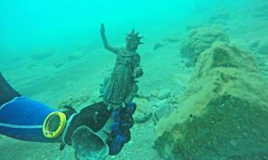 Portada - Estatuilla del dios Sol descubierta junto a las costas de Cesarea. Fotografía: Ran Feinstein.