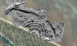 Portada - Fotografía digitalizada de la antigua estructura de anillos concéntricos descubierta recientemente en Sevilla, España. (Fotografía: La Brújula Verde)