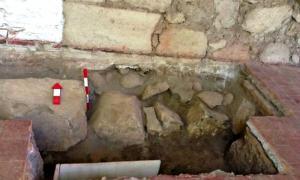 Portada-Excavación en la que se pueden apreciar las grandes piedras del entramado antisísmico a pocos centímetros de la superficie. (Fotografía: DICYT/Noticias de la Ciencia)