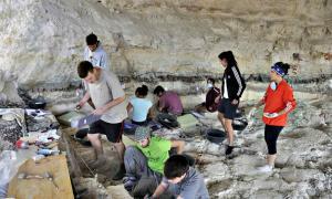 Portada - Fotografía de las excavaciones llevadas a cabo este verano en el yacimiento de Barranco León situado en orce, Granada, España. (Fotografía: Radio Granada/Cadena SER / Universidad de Granada)