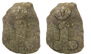 Portada-La silueta del falo se puede adivinar en la imagen de la izquierda. Es de la época romana y fue hallada en el año 1995 en Lincolnshire. Será expuesta próximamente en el museo The Collection de Lincoln, Inglaterra. En la parte superior del grabado se observa lo que parece ser una vagina, o quizás un ojo maléfico. (Fotografía: The Collection)