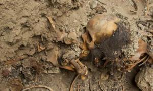 Portada-Fotografía de los restos óseos de uno de los fardos funerarios recuperados en Chan Chan, Perú. (Ministerio de Cultura de Perú)