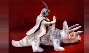 Portada - Famosa figurita de Acámbaro que representa a un ser humano a lomos de lo que parece ser un dinosaurio. (Creative Commons)