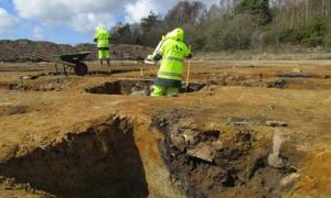 Portada - Detalle de uno de los fosos descubiertos recientemente en Sunnsvära, Suecia (Jessica Andersson/CC)