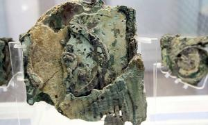 Portada - Primer plano de uno de los fragmentos del mecanismo de Anticitera que aún se conservan en la actualidad. Museo Arqueológico Nacional de Atenas, Grecia. (Public Domain)