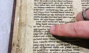Portada - Detalle de uno de los fragmentos recientemente descubiertos en el que aparece el nombre de Merlín. (Universidad de Bristol)
