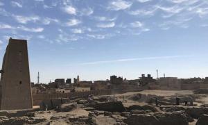 Portada - El emplazamiento de las excavaciones en Tell Edfu (con el templo de Horus y la moderna ciudad de Edfu al fondo). Fuente: G. Marouard