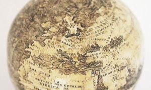 Portada - Este globo terráqueo de 1504 podría constituir la representación más antigua conocida del Nuevo Mundo. Curiosamente, está grabado sobre dos mitades inferiores de cáscara de huevo de avestruz unidas. Fotografía: Washington Map Society