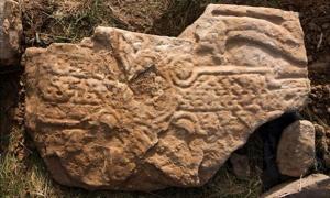 Portada - Anverso de la losa de piedra picta hallada recientemente en las islas Orcadas (Escocia). (Fotografía: Dr. Hugo Anderson-Whymark)