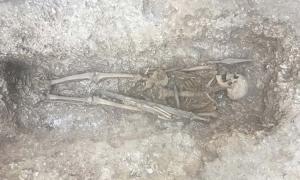 Portada - Este guerrero sajón del siglo VI con lanza y espada fue descubierto bajo un camino militar cruzado habitualmente por tanques y vehículos militares muy pesados. Fuente: Crown Copyright 2018