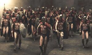 """Portada - Fotograma de la película """"300"""" sobre las guerras de Esparta. Los Espartanos utilizaron a los Ilotas para combatir en sus guerras en numerosas ocasiones. (ravencresttactical.com)"""