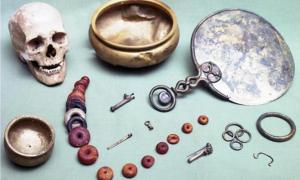"""Portada-Conjunto de objetos pertenecientes a un tesoro de la Edad de Hierro, enterrados junto a su propietario alrededor del año 50 d. C. Actualmente se encuentran en el """"The City Museum and Art Gallery"""" de Gloucester. (BBC)."""