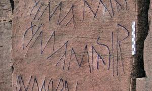 Portada-Detalle del panel rupestre hallado en Fuerteventura, considerado como la posible 'Piedra Rosetta´ del alfabeto aborigen canario. (Fotografía: La Provincia, Diario de Las Palmas)
