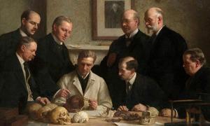 Portada - Grupo de investigadores examinando uno de los cráneos de Piltdown. Óleo de John Cooke pintado en 1915. En segundo plano, de izquierda a derecha: F. O. Barlow, G. Elliot Smith, Charles Dawson, Arthur Smith Woodward. Sentados en primer plano (de izquierda a derecha): A. S. Underwood, Arthur Keith, W. P. Pycraft, y Sir Ray Lankester. Obsérvese asimismo el retrato de Charles Darwin al fondo. (Public Domain)