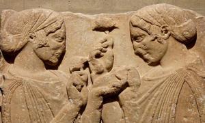 Portada - Relieve griego clásico de mármol, fragmento de una estela funeraria del siglo V a. C. y en el que según algunas interpretaciones aparecen Perséfone y su madre Deméter portando hongos, hongos que serían consumidos como parte de los rituales de los misterios eleusinos. (Public Domain)