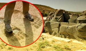 Portada - Comparativa de tamaño entre las huellas de un adulto humano y las extrañas pisadas talladas en el suelo del templo de Ain Dara. (Imagen: Código Oculto)