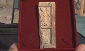 Portada - Valioso icono de marfil hallado recientemente en la fortaleza de Rusokastro, distrito de Burgas, Bulgaria (Fotografía: BTV)
