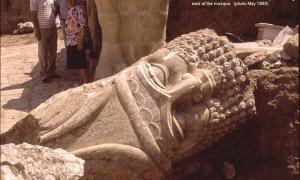 Portada - El ahora destruido Nebi Yunus de Nínive. Arqueólogos iraquíes excavan la entrada monumental a un edificio asirio tardío. En primer plano podemos ver una gran cabeza perteneciente a la escultura de un hombre- toro. (CC BY-SA 3.0)