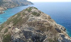 Portada - El promontorio de Dhaskalio (isla de Keros, Grecia) muestra evidencias de amplios movimientos de tierras y trabajos en metalurgia llevados a cabo para esculpir su forma natural original hasta convertirla en una pirámide. Fuente: Cambridge Keros Project)