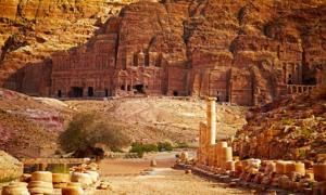 Portada - La antigua y monumental ciudad de Petra se alza en el desierto jordano. (BigStockPhoto)