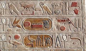 Portada - Cartuchos pintados de Tutmosis III, relieve de uno de los templos de Deir el-Bahari. (CC BY SA 3.0)