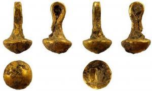 Portada-Éste es el tamaño real de la pieza de oro fabricada en el asentamiento prehistórico fortificado búlgaro de Solnitsata. (Fotografía: Trud daily)