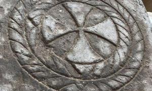 Portada - La antigua lápida hallada recientemente se encuentra grabada con la imagen de una cruz. Fotografía: Ministerio de Antigüedades de Egipto.