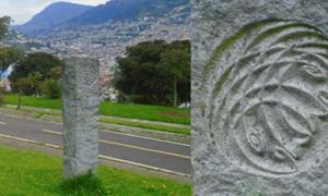 Portada - Vista del monolito de Pogačnik en el Parque Itchimbía; detalle del diseño del monolito. La colina de Itchimbía se encuentra en realidad ligeramente apartada del meridiano central; al fondo a la izquierda se puede ver El Panecillo, que se alza justo sobre la línea principal de energía. Fuente: Heidi Schultz