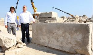 Portada-El código de leyes que controlaba y protegía el suministro de aguas de la antigua ciudad romana de Laodicea, en la Turquía actual, está grabado en este bloque de mármol. (Foto: AA photo)