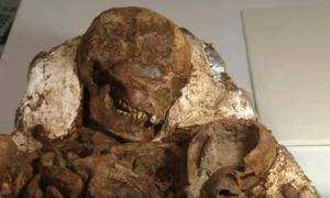 Restos de una madre de la Edad de Piedra con su hijo en brazos. (Imagen: Youtube)