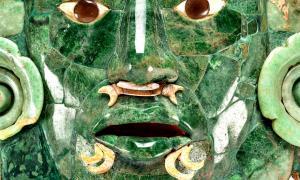 Portada - Elaborada en mosaico de jade, concha y obsidiana gris, esta máscara es reconocida como la embajadora de Campeche ante el mundo. (Fotografía: INAH).