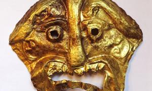 """Portada-Máscara funeraria de oro realizada mediante la técnica del repoussé, anterior al 200 d. C; según John Vincent Bellezza, """"quizás procedente del Tíbet occidental."""" Mide 15 por 12 centímetros. (Fotografía cortesía de John Vincent Bellezza)."""
