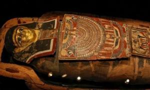 Portada - Este ataúd, bellamente decorado, contiene los restos del antiguo sacerdote egipcio Iret-hor-iru. Fotografía: Oren Ben Hakoon