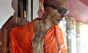 Portada - Luang Phor Daeng Payasilo, monje budista momificado del templo de Wat Khunaram, Ko Samui, sur de Tailandia. (Per Meistrup/CC BY-SA 3.0)