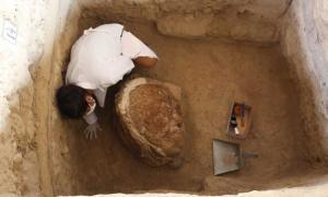 Portada - Arqueólogo realizando excavaciones en la Pirámide de las Abejas. Crédito: Ministerio de Cultura de Perú