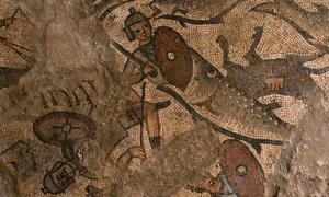 Portada - Un gran pez devora a un soldado del antiguo Egipto en uno de los mosaicos hallados en los suelos de la sinagoga de Huqoq. (Fotografía: Jim Haberman)
