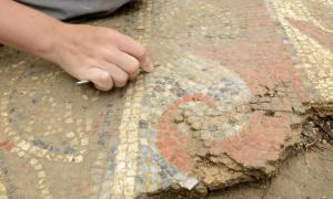 Portada - El yacimiento está siendo cuidadosamente excavado a fin de poder recuperar los mosaicos dentro del plazo previsto. (Fotografía: © Jean-Louis Bellurget, INRAP)