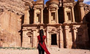 Portada - Mujer en Petra. Fuente: Danniela/Adobe Stock