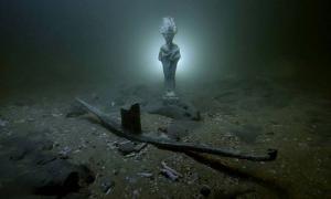 Portada - Se han encontrado barcos hundidos, estatuas y tesoros diversos bajo el agua en una bahía cercana a Alejandría (Egipto). (Fotografía: Ministerio de Antigüedades de Egipto)