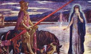 """Portada - Ilustración de H. J. Ford para la obra de Andrew Lang 'Tales of Romance' (1919). """"Arturo se encuentra con la Dama del Lago y obtiene la espada Excálibur."""" (Dominio público)"""
