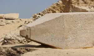 Portada - El obelisco recientemente descubierto en Saqqara, dedicado a una reina del Imperio antiguo. Fotografía: Ministerio de Antigüedades de Egipto