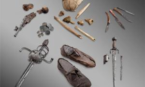 """Portada - Objetos de glaciar. Los huesos y objetos personales del """"mercenario del paso Theodul"""", un hombre no identificado que al parecer habría caído al interior de una grieta cerca de Zermatt (Suiza) en el siglo XVII. Fuente: Walliser Kantonsmuseen, Sitten; Michel Martinez"""