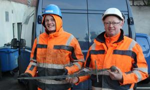 Portada - El fontanero Jannick Vestergaard y el operario de maquinaria Henning Nøhr desenterraron una espada medieval en el transcurso de las obras de remodelación de una calle de la ciudad danesa de Aalborg el pasado 5 de febrero. Fuente: Nordjyllands Historiske Museum