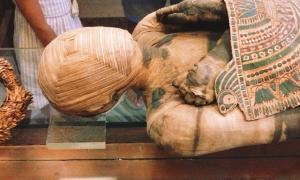 Portada - Momia con vendajes en forma de cuadrados concéntricos cubriendo su rostro. Museo del Louvre, París, Francia. Fuente: CC BY 2.0