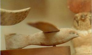 Portada - Vista lateral del Pájaro de Saqqara. Fuente: Dawoudk/CC BY SA 3.0