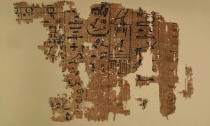 Portada - Uno de los papiros del antiguo diario de un inspector de obras egipcio, que documenta algunos detalles relacionados con las últimas fases de la construcción de la Gran Pirámide de Guiza. (Fotografía: Egyptian Ministry of Antiquities)
